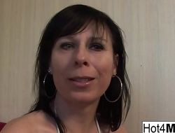 MILF is rewarded with a facial