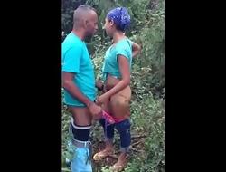 Comendo a buceta da noia no mato