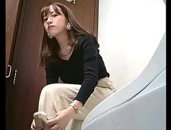 プレミアム美盗トイレ vol.7 可愛い!金髪パ○パンさんの丸見えすぎるマ○コ 全6名収録
