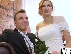 VIP4K. Un couple marié décide de vendre la chatte de sa mariée à bon prix