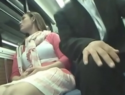 Mujer es abusada en publico parece que le gusta ?