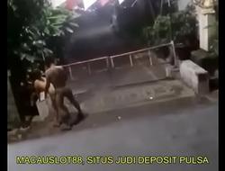 Ngintip Tetangga Suami Istri Ngentot di Pinggir Jalan