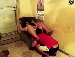 Están aburridos en la cabaña perdidos en el monte y deciden practicar sexo oral