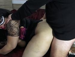 Me follo a una gótica y la rompo el culo, y su marido me da las gracias.
